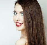 Den sexiga skönhetflickan med röda kanter och spikar Provokativt smink Lyxig kvinna med blåa ögon Modebrunettstående Royaltyfri Fotografi