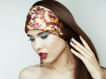 Den sexiga skönhetflickan med röda kanter och spikar Provokativt smink Lyxig kvinna med blåa ögon Modebrunettstående Fotografering för Bildbyråer