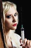 Den sexiga ung flicka i avbilda av sjuksköterskan med injektionssprutan räcker in Fotografering för Bildbyråer