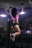 Den sexiga unga konditionflickan drar upp i idrottshallen Royaltyfri Foto
