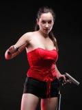 Den sexiga unga kvinnan - gun på svart bakgrund Arkivbilder
