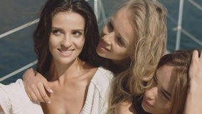 Den sexuella flickan på den lyxiga yachten gör selfie Arkivfoton
