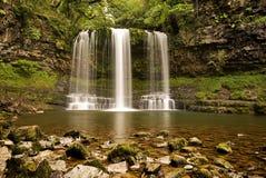 Den Sgwd år Eiravattenfallet i Brecon leder nationalparken i Wales arkivbilder