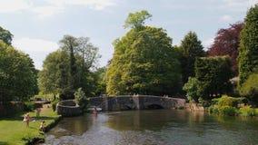 Den Sheepwash bron i Ashford-i--vatten i Derbyshire, England Royaltyfria Bilder
