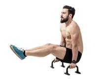 Den Shirtless konditionmodellen som balanserar med lyftta ben skjuter på, upp stänger Arkivfoton