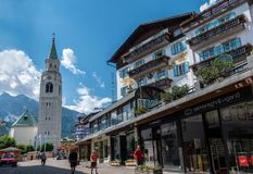 Den shoping gatan i Cortinastad royaltyfri bild