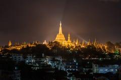 Den Shwedagon pagoden av Yangon i nattetiden Myanmar Arkivfoto