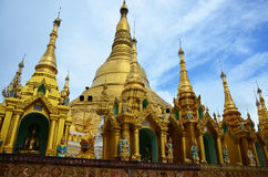 Den Shwemawdaw Paya pagoden är en stupa som lokaliseras i Bago, Myanmar Royaltyfria Bilder