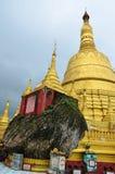 Den Shwemawdaw Paya pagoden är en stupa som lokaliseras i Bago, Myanmar Arkivbild