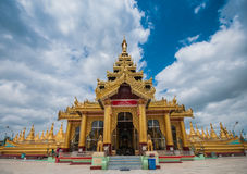 Den Shwemawdaw Paya pagoden är en stupa som lokaliseras i Bago, Myanmar Royaltyfria Foton