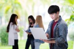Den Sian studenten förbereder presentation i datoranteckningsbok arkivfoto