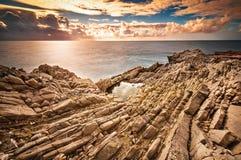 Den Sicilian kusten på solnedgången Arkivbilder