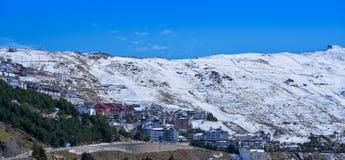 Den Sierra Nevada byn skidar semesterorten Granada arkivbild