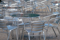 Den silver färgade alluminiumen bordlägger och presiderar utanför ett kafé Royaltyfri Bild