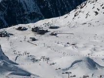 Den Silvretta arenan skidar semesterorten Arkivbild