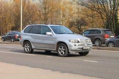 Den silvriga tyska midsize BMW X5 övergången Arkivfoto