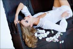 Den sinnliga blonda flickan ligger på bröstkorgen Arkivbilder