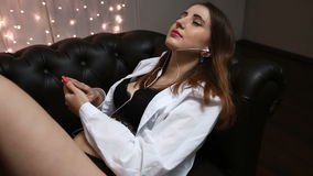 Den sinnliga kvinnan ligger på soffan som lyssnar till musik på hörlurar, bästa sikt stock video