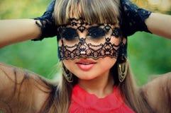 Den sinnliga kvinnan med en snöra åt skyler Royaltyfria Bilder