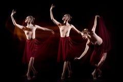 Den sinnliga och emotionella dansen av den härliga ballerina Royaltyfri Foto