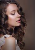 Den sinnliga romantiska kvinnan med stängda ögon och gör perfekt hud fotografering för bildbyråer