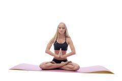 Den sinnliga unga flickan mediterar i lotusblommaposition Arkivbild