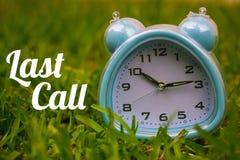 Den sista appellen, affärsidé - smsa uppvisning av den sista appellen med en klocka på gräs Arkivfoton