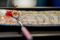 Den sista körsbäret på en glassmaträtt fotografering för bildbyråer