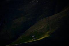 Den sista strålen av solsken i den lilla bergbyn Royaltyfri Foto