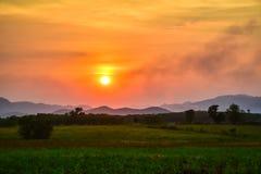 Den självodlade grönsak- och bergsikten med solnedgånghimmelnaturen landskap bakgrund royaltyfria bilder