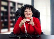 Den självständiga dietitianen mäter diametern av det röda äpplet Royaltyfri Fotografi