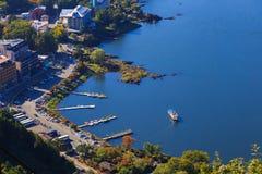 Den sjökawaguchi hamnen och staden som beskådas från Kawaguchiko Tenjoyama, parkerar Mt Kachi Kachi Ropeway, Kawaguchigo, Japan Arkivbilder