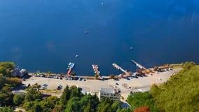 Den sjökawaguchi hamnen och staden som beskådas från Kawaguchiko Tenjoyama, parkerar Mt Kachi Kachi Ropeway, Kawaguchigo, Japan Arkivfoto