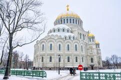 Den sjö- domkyrkan av St Nicholas i vinter Arkivfoton