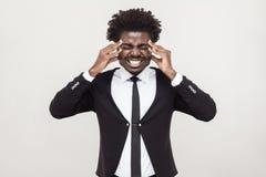 Den sjuka afro mannen har en huvudvärk och en migreine arkivbild