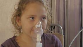 Den sjuka flickan inhaleras med den hemmastadda nebulizeren 4K lager videofilmer