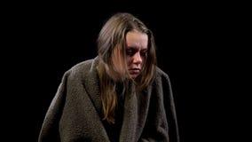 Den sjuka hemlösa kvinnan som täckas med filten, lidande smärtar, den smittsamma sjukdomen royaltyfri fotografi