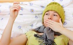 Den sjuka kvinnan har temperatur Arkivbilder