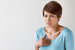 Den sjuka kvinnan med hjärtinfarkt, bröstkorg smärtar, hälsoproblemet royaltyfria foton