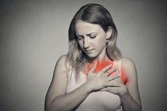 Den sjuka kvinnan med hjärtinfarkt, smärtar, den hållande bröstkorgen för hälsoproblemet royaltyfri foto
