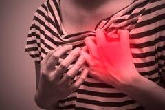 Den sjuka kvinnan med den stränga hjärtesorgen som lider från bröstkorg, smärtar Arkivbilder