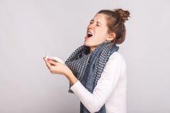 Den sjuka kvinnan rymmer en näsduk och nyser royaltyfria foton