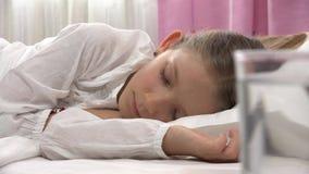 Den sjuka lilla flickan som sover i säng, dåligt barn, faller sovande, ungen som vilar hemmastadd 4K stock video