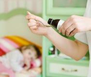 Den sjuka lilla flickan väntar på hennes hälla för läkarbehandling royaltyfri foto