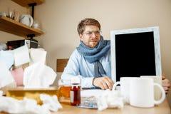 Den sjuka mannen, medan arbeta i regeringsställning, affärsmannen, fångade kall säsongsbetonad influensa royaltyfria foton