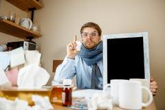 Den sjuka mannen, medan arbeta i regeringsställning, affärsmannen, fångade kall säsongsbetonad influensa arkivfoto