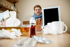 Den sjuka mannen, medan arbeta i regeringsställning, affärsmannen, fångade kall säsongsbetonad influensa arkivfoton