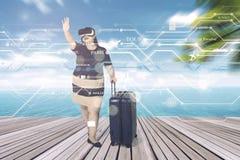 Den sjukligt feta kvinnan bär VR-exponeringsglas på pir Royaltyfria Foton