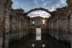 Den sjunkna kyrkan i fördämningen Zhrebchevo, Bulgarien Royaltyfria Bilder