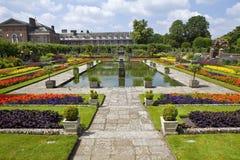 Den sjunkna trädgården och den Kensington slotten Royaltyfri Fotografi